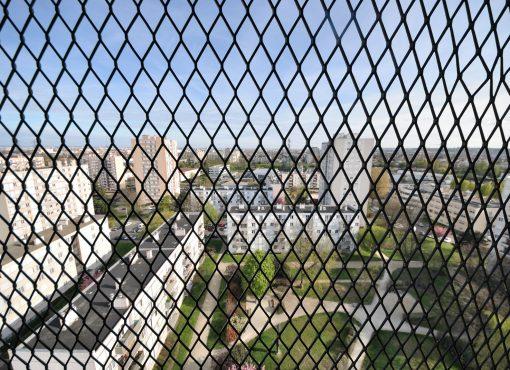 Vue du quartier : la prison omniprésente