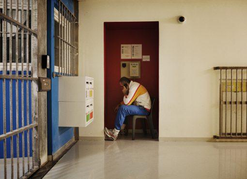 Le directeur du centre pénitentiaire de Meaux-Chauconin interdit aux détenus de téléphoner à l'OIP