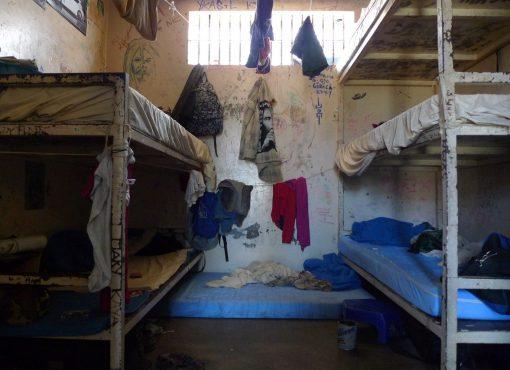70 710 personnes incarcérées, 53 prisons en surpopulation extrême, 1 667 matelas au sol