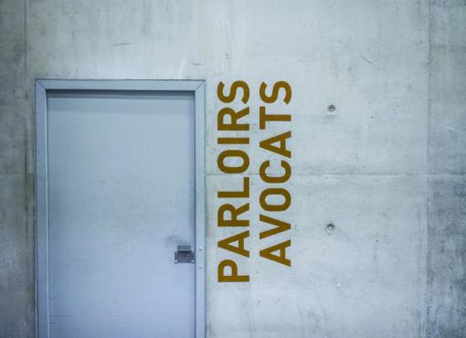 La défense confinée à l'extérieur des prisons